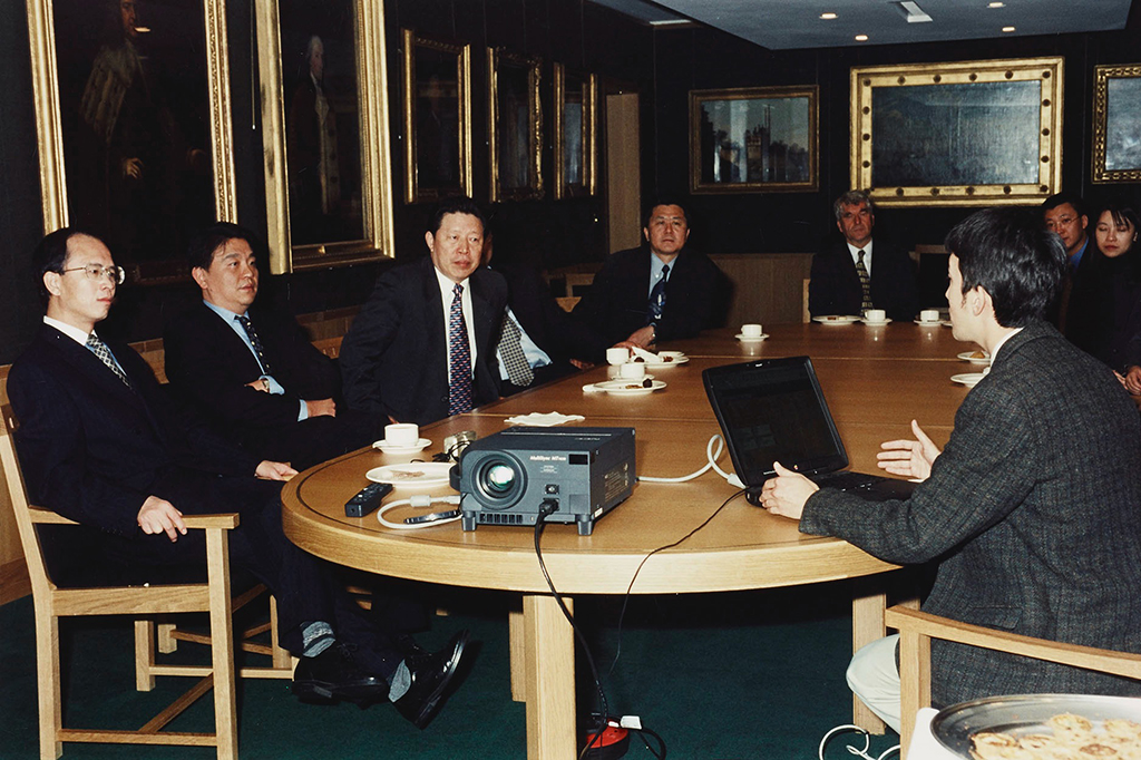 2 Colin Chinnery (IDP) making a presentation on IDP to the Chinese Minister of Culture, Sun Jiazheng, and his delegation, The British Library, 17 October 2000 ©️British Library.jpg