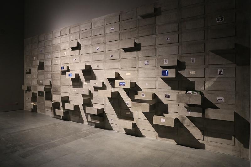24 张晓刚 《时间的抽屉》 材质:水泥板、电子工业屏幕、彩色冲印照片等综合材料 300 x 868 cm(尺寸根据现场可变)2018 艺术家工作室供图