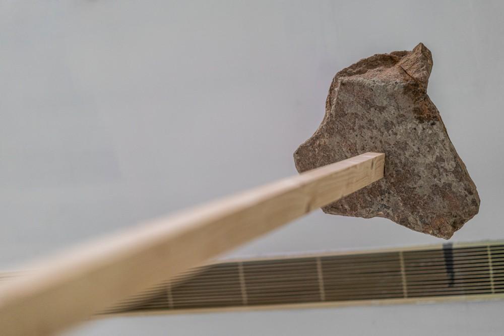 07廖斐,《重力雕塑No.3》,2016巖石、木方、鋼絲,尺寸可變2